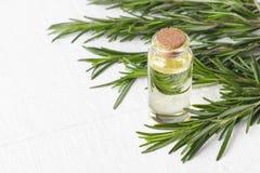 Cosmetici organici con gli estratti di rosmarini delle erbe fotografia stock libera da diritti