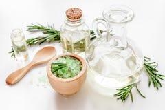 Cosmetici organici con gli estratti di rosmarini delle erbe su fondo bianco Fotografia Stock