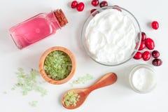 Cosmetici organici con gli estratti di vista superiore del fondo bianco delle bacche Fotografie Stock