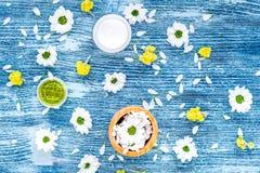 Cosmetici organici con la camomilla sulla vista superiore del fondo blu Fotografia Stock