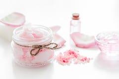 Cosmetici organici di Rosa con sale, crema ed olio sul fondo bianco della tavola Immagine Stock Libera da Diritti