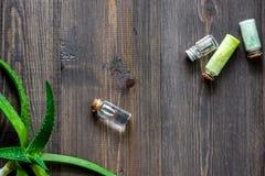 Cosmetici organici di vera dell'aloe Foglie di vera dell'aloe e sale della stazione termale sul copyspace di legno di vista super Immagini Stock Libere da Diritti