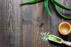 Cosmetici organici di vera dell'aloe Foglie di vera dell'aloe e sale della stazione termale sul copyspace di legno di vista super Fotografia Stock