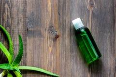 Cosmetici organici di vera dell'aloe L'aloe vera copre di foglie, vetro del succo di vera dell'aloe sul copyspace di legno di vis Immagini Stock