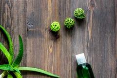 Cosmetici organici di vera dell'aloe L'aloe vera copre di foglie, vetro del succo di vera dell'aloe sul copyspace di legno di vis Fotografia Stock Libera da Diritti