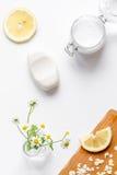 Cosmetici organici naturali per il bambino sulla vista superiore del fondo bianco Fotografie Stock Libere da Diritti