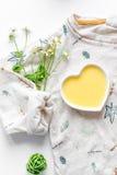 Cosmetici organici naturali per il bambino sulla vista superiore del fondo bianco Immagine Stock