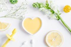 Cosmetici organici naturali per il bambino sulla vista superiore del fondo bianco Immagini Stock
