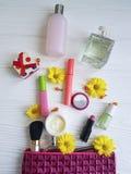 Cosmetici piani cosmetici del contenitore delle capsule del prodotto di bellezza della borsa su di legno bianco Immagini Stock