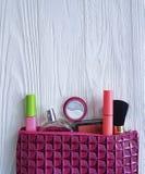 Cosmetici piani cosmetici del contenitore del prodotto di bellezza della borsa su di legno bianco Immagine Stock Libera da Diritti