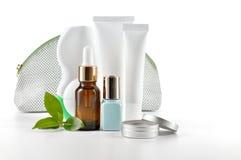Cosmetici quotidiani di cura su fondo bianco. fotografia stock libera da diritti