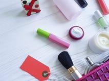 Cosmetici stabiliti del contenitore del rossetto della borsa del piano cosmetico di trucco su di legno bianco Fotografie Stock