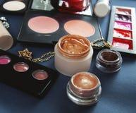 Cosmetici su fondo nero, vista superiore Fotografia Stock Libera da Diritti
