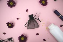 Cosmetici sulla tavola alla donna Borsa, cosmetico e prodotti di igiene cosmetici Fondo rosa per testo fotografie stock libere da diritti