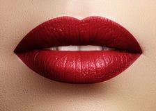 Cosmetici, trucco Rossetto luminoso sulle labbra Primo piano di bella bocca femminile con trucco rosso del labbro Parte del front fotografia stock libera da diritti