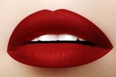 Cosmetici, trucco Rossetto luminoso sulle labbra Primo piano di bella bocca femminile con trucco rosso del labbro Parte del front immagine stock