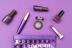 Cosmetici ultravioletti su un fondo ultravioletto Vista superiore immagine stock