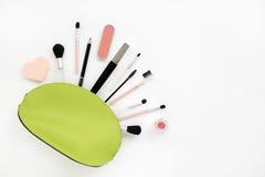 Cosmetici in un estetista verde chiaro Fotografia Stock Libera da Diritti