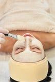 Cosmetician που εφαρμόζει την του προσώπου μάσκα Στοκ Φωτογραφία