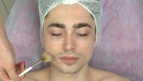 Cosmetician που εφαρμόζει τη μάσκα πηκτωμάτων απόθεμα βίντεο