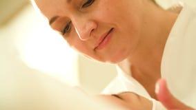 Cosmetician πολυάσχολο με το του προσώπου μασάζ απόθεμα βίντεο