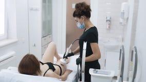 Cosmetician делает терапию на бедрах женщины, замедленное движение анти--целлюлита Затягивать кожи сток-видео