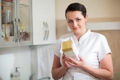 Cosmetician держа коробку с косметикой стоковые фотографии rf