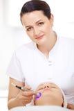 Cosmetician делая поднимаясь процедуру стоковое фото