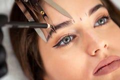 Cosmetician подготавливая сделать возникновение законно рожденного из естественно полных чел стоковые изображения