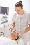 Cosmetician проходя массаж кавитации ультразвука Стоковые Изображения RF