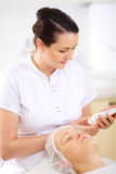 Cosmetician с косметикой перед процедурой стоковые фото