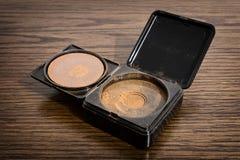 Cosmetico della polvere di Bronzer sulla tavola immagini stock libere da diritti