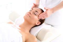 Cosmetico - donna al massaggio Immagini Stock
