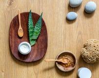 Cosmetico fatto a mano di vera dell'aloe con i ciottoli di zen e il backgroun di legno Immagine Stock