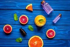 Cosmetico organico con l'agrume sulla vista superiore del fondo blu fotografia stock libera da diritti
