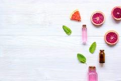 Cosmetico organico con l'agrume sulla vista superiore del fondo di legno fotografia stock