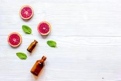 Cosmetico organico con l'agrume sulla vista superiore del fondo di legno fotografia stock libera da diritti