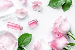 Cosmetico organico con olio rosa sulla vista superiore del fondo bianco immagine stock libera da diritti