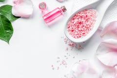 Cosmetico organico con olio rosa sulla vista superiore del fondo bianco immagini stock libere da diritti