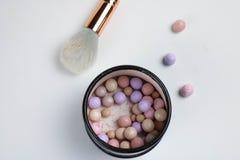 Cosmetoc produkter Pulvermeteorit, frodig borste, vit bakgrund fotografering för bildbyråer