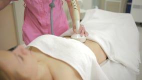 Cosmetología del hardware mujer que consigue procedimiento de elevación del rf en un salón de belleza metrajes