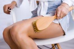 Cosmetologia, preparação, produtos cosméticos dos termas, beleza e conceito do biquini a mulher do close up no branco faz os pés  imagens de stock royalty free