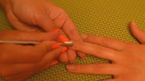 Cosmetologist που κάνει τις προετοιμασίες για το μανικιούρ απόθεμα βίντεο