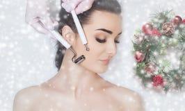 Cosmetologist делает процедуру по терапией Microcurrent красивой женщины в салоне красоты стоковые фото