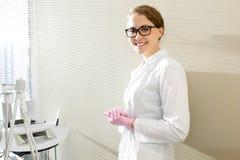 Cosmetologist представляя в офисе стоковые изображения rf