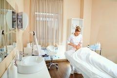 Cosmetologist профессионал с пациентом в офисе  стоковое фото