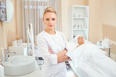 Cosmetologist профессионал с пациентом в офисе  стоковые фотографии rf