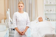 Cosmetologist профессионал с пациентом в офисе  стоковое фото rf