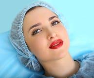 Cosmetologist, der dauerhaftes Make-up auf dem Gesicht der Frau macht Lizenzfreie Stockfotografie