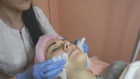 Cosmetologist, der geduldige Haut in der Sch?nheitsklinik reinigt stock video footage